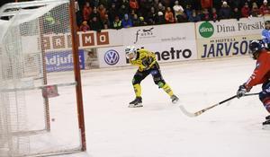 Martin Söderberg fick öppet mål - och var så nära men ändå så långt borta. Notera bollen längst ned till vänster, som smiter just utanför stolpen.
