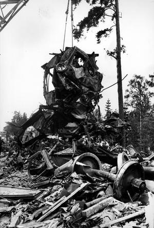 Med specialrekvirerade katastrofkranar lyftes resterna av loken och vagnarna av spåret, som blev klart för trafik på söndagskvällen.