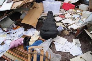 Allt som varit i husvagnen låg i en stor skräphög på parkeringsplatsen.