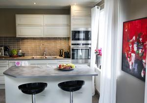 Nytt kök i ljust gråa toner.