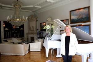 Anitha Jabin och hennes make Carl-Lennart Gustafsson ägde tidigare Villa Marieberg på Norrlandet, men sedan 15 år tillbaka bor de i en pampig lägenhet i ett gammalt patricierhus i centrala Gävle.