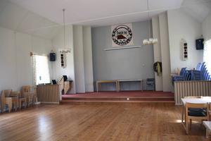Den stora samlingssalen med upphöjd scen. Korset är ersatt av Forsa orienteringsklubbs emblem.