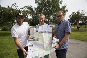 Niclas Bärj, Henrik Fröjd och Hansa Näsman med den nya Hälsingeledskartan.