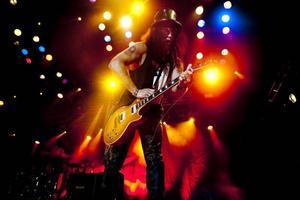 Slash på scenen i Gävle. Slash är alltid lika cool, men resten av bandet känns som halvtrött coverband.Bandet som Slash hade med sig drog ner betyget. Och hans framträdande slutade på tre stjärnor av Arbetarbladets recensent.