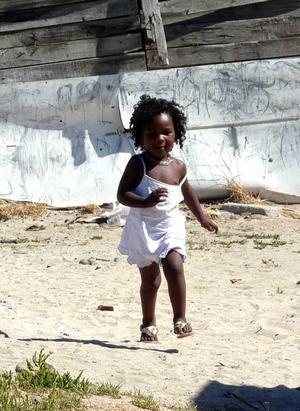 Denna lilla flicka i kåkstaden Langa utanför Kapstaden tog ett glädjeskutt när hon såg oss. Ett ögonblick av en sekund, som aldrig kommer tillbaka. Hon bor i ett litet skjul med plåttak. Man undrar om hon får det bättre eller sämre nu när fotbolls-VM pågår i Sydafrika. De som är där nu lär inte besöka henne. Bilden tog jag för ett par månader sedan.