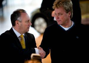 Vd Stephen Odell skakar hand med Mikael Sällström, Metallordförande på Volvo PV, sedan ett löneavtal slutits.
