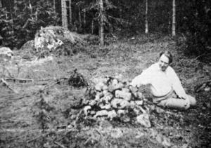 Ett fotografi som visar gamla Fjärsmans vål i närheten av Gyllingberget. Mannen på bilden heter Sven Andersson och var tidigare socialchef i Smedjebacken.