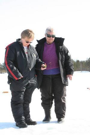 Mor och dotter passade på att tävla. Eva Åsenlund fick upp två sikar med morsan Inger Nääs fick upp en pytteliten abborre.