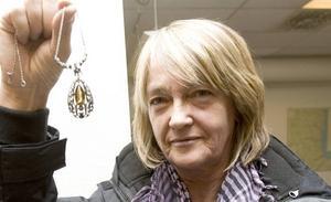 """TVÄTTFÄRDIG. """"Gör ren den ska du få se vad fin den blir"""", var rådet Inger Wennberg fick av antikexperten Maud Ingster. Smycket är ett svenskt 20-talshalsband, värt mellan 1 200 och 2 000 kronor."""