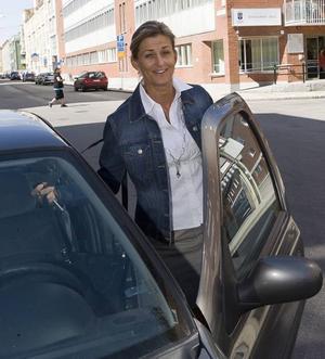 NOGA. Varken mat, dryck eller telefoner får störa Mikaela Bergströms bilkörning. Men att byta radiokanal tycker hon är okej.