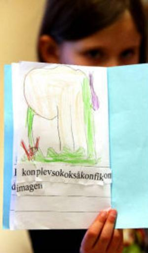 Sexåriga Emelie Johansson har skrivit och ritat sin första egna bok. Den handlar om en ko som åt så mycket att den fick ont i magen.