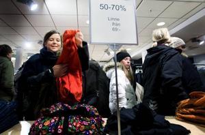 """Emelie Hoff planerar en heldag på mellandagsrean och här har hon hittat en tröja. """"Det kan nog bli en lång dag, om jag orkar. Det är väldigt mycket folk ute redan nu"""", säger hon."""