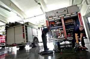 Slangkontroll. Peter Eriksson och Per-Håkan Hallkvist kontrollerar klippverktygen som används vid bilolyckor.
