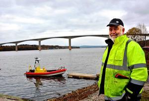 – Det behövs absolut en ny bro. Det är en katastrof här på sommaren och allt fler bor här året om, säger Alnöbon Pelle Törnlund.