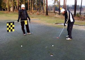 Åsa Johansson och Tiina Lehtola från Torvalla tycker det är toppen att kunna spela golf i slutet av november.