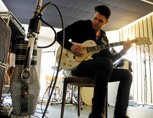 John Lindberg under inspelningarna av John Lindberg Trios åttonde album.