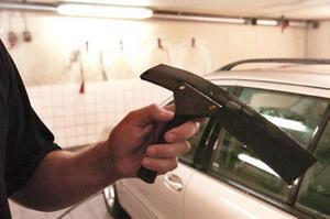Det är viktigt att använda en bra skrapa. Foto: Ingvar Karmhed/SvD/Scanpix