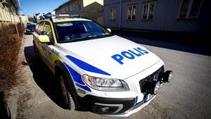 En nyutbildad polis från Västernorrland med familj och barn placeras i Malmö, och tvingas därför sluta som polis, eftersom det inte fungerar med hans sociala situation.
