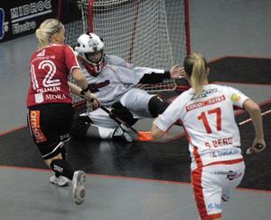 Ellen Tillman slår här en passning till Sara Kristoffersson (utanför bild), som får öppet mål fram till 2–1.
