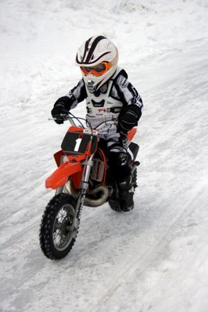 Uppvisning på hal is. Victor Lindelöf 5, år, har redan hunnit åka cross i ett och ett halvt år. Han ingår i en ungdomsgrupp från Nora MK som visade upp isracing.