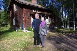 Leif Johansson och Eva Emilsson i Hansjö har återanvänt allt och använder bara naturliga material i sitt husprojekt.