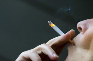 Rökning är ofta orsaken till att man drabbas av KOL, men ny forskning visar att exempelvis gruvarbetare och byggnadsarbetare också är utsatta, skriver debattörerna som vill se en ökad forskning kring sjukdomen, som de säger att 5 000 länsbor lider av utan att veta om det.