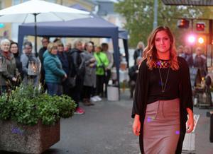 Modevisningen vid torget i Sveg lockade ett 60-tal åskådare.