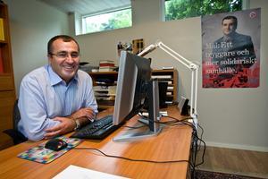 Yilmaz Kerimo (S) vid tangentbordet.