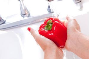 Skölj grönsakerna noga i rent vatten.