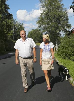 Moderaten Ulf Berg vill se att tidningarna och posten samordnar distributionen för att behålla servicegraden i glesbygden. Här i samspråk med Saila Quicklund under sitt besök i länet.