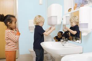 Att tvätta barnens händer samt gosedjur och snuttefiltar är några av knepen för att slippa allt för många sjuk- och vabbdagar i höst.