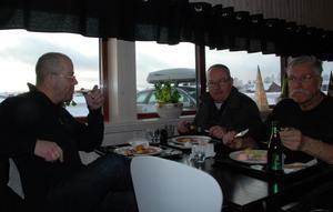 Jörgen Berg, Rolf Bäck och Anders Halvarsson lunchar vid värdshuset.