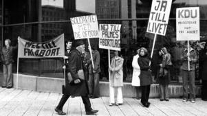 En demonstration utanför Riksdagen 1974 då Kristen demokratisk ungdom demonsrterade mot fri abort.