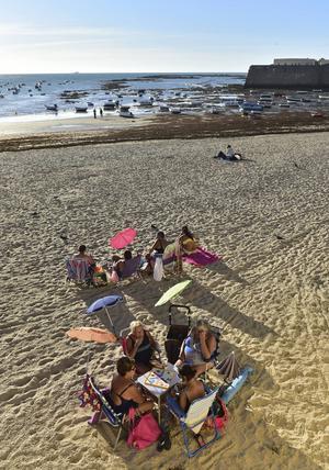 Många lokalbor använder stranden La Caleta som sitt vardagsrum.   Foto: Anders Pihl