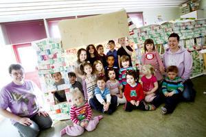 """Eget bygge. Stadshuset i mjölkkartong som barnen på Brukets förskola i Sandviken upptar närapå ett helt rum. Det rymmer minst 20 barn och är jättekul at leka i, enligt barnen själva. Nästan 1 000 mjölkkartonger gick åt vid bygget. """"Vi drickte väldigt mycket mjölk"""", berättar treåriga John Nilsson."""