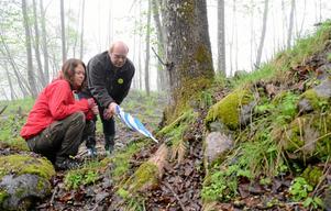 Skyddsvärd flora och fauna. Therese Aremyr och Rain Nylund diskuterar spännande fynd i markerna.