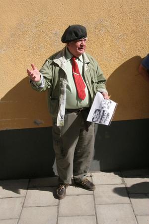 Lördagens stadsvandring i vårvärmen i Ljusdal leddes av historiekunnige ljusdalingen Lennart Färlin, som hade mycket att berätta om köpingens olika delar och byggnader.