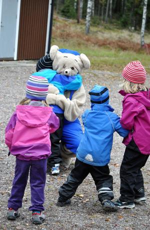 Många barn gav Bamse en stor kram före loppet.