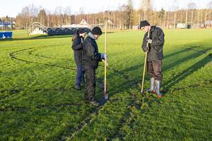 Mikael Falk, Sofie Jonsson och Leif Karlsson jobbar med att fixa gräset på Bussbyvallens b-plan.