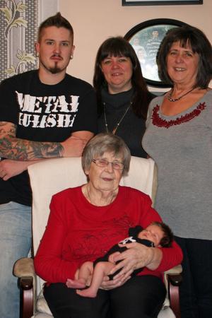 Fem generationer samlade hemma hos farmors mormor.