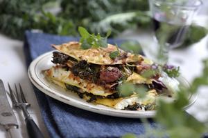 En portionslasagne är en kul och enkel variant. Jag har valt att fylla den med salsicciakorv, getost och grönkål.