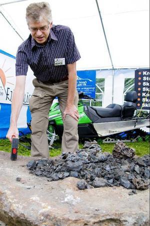 """Riksdagsledamoten Per Åsling (C) försöker avgöra hur mycket stenen från Bjelke väger. """"Jag gissar på 1190 kilo"""", säger han."""