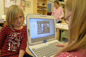 Maja i dubbel upplaga. Maja Brattström blir fotograferad med datorn av klasskompisen Emelie Pettersson. De behändiga datorerna har eleverna använt sedan terminsstart.