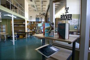 Utsorteringen av skolbibliotekets böcker pågår just nu på Läroverket.