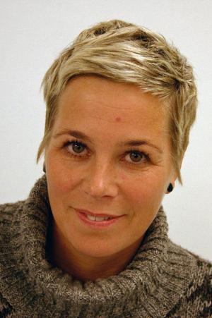 Kajsa-Tuva Henriksson visar nytt måleri.