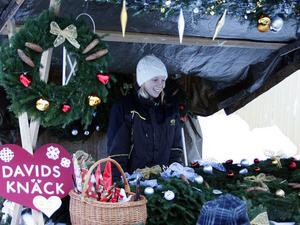 Mathilda Berg från Östavall sålde egenhändigt gjorda kransar på julmarknaden i Kölsillre. Lillebror David hade kokat knäck som han också sålde i samma stånd.
