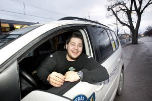 """Första nyårsafton. Akar Bajorani, Sverige Taxi Västerås, ser gladeligen fram emot att jobba sin första nyårsafton. """"Mycket folk och glada människor, det gillar jag"""", säger han. Foto: Margareta Andersson"""