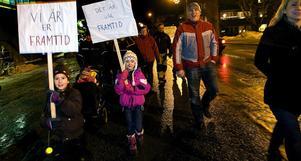Matilda Hamrin och Anna Rylander i Timrå gick med i demonstrationståget till kommunhuset i Timrå, igår eftermiddag.