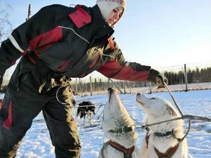 Nanoek som gör praktik på gården har ett omväxlande jobb med 62 hundar i gårdarna, som ska ställas i ordning för träningspassen.