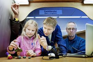Ägget försvann. Jessica Larsson har hittat på en historia med en fågel vars ägg försvinner ur boet. Solen i luften hålls upp med hjälp av en fiskelina. Ulla-Karin Grafström och Jens Remfeldt hjälper till.